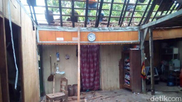 Sallah satu rumah warga yang rusak akibat angin kencang di Grobogan.
