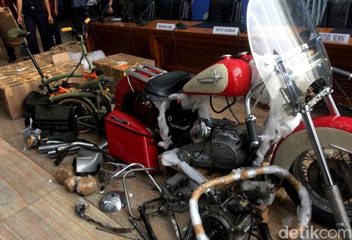 Barang diduga ilegal terdiri dari komponen Harley bekas dan dua sepeda Brompton.