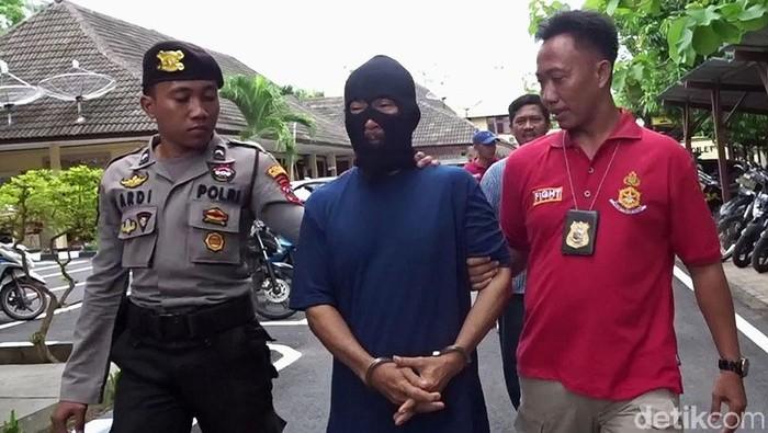 Pelaku yang bakar dua orang pria di Rembang ditangkap polisi, Kamis (5/12/2019). (Foto: Arif Syaefudin/detikcom)