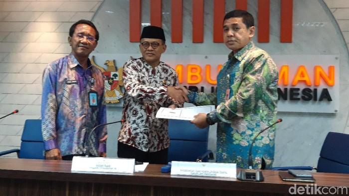 Foto: Anggota Ombudsman RI Ahmad Suaedy (tengah) dan Asisten Deputi III Kemenko Polhukam Rudi Samsir (kanan). (Rahel-detikcom)