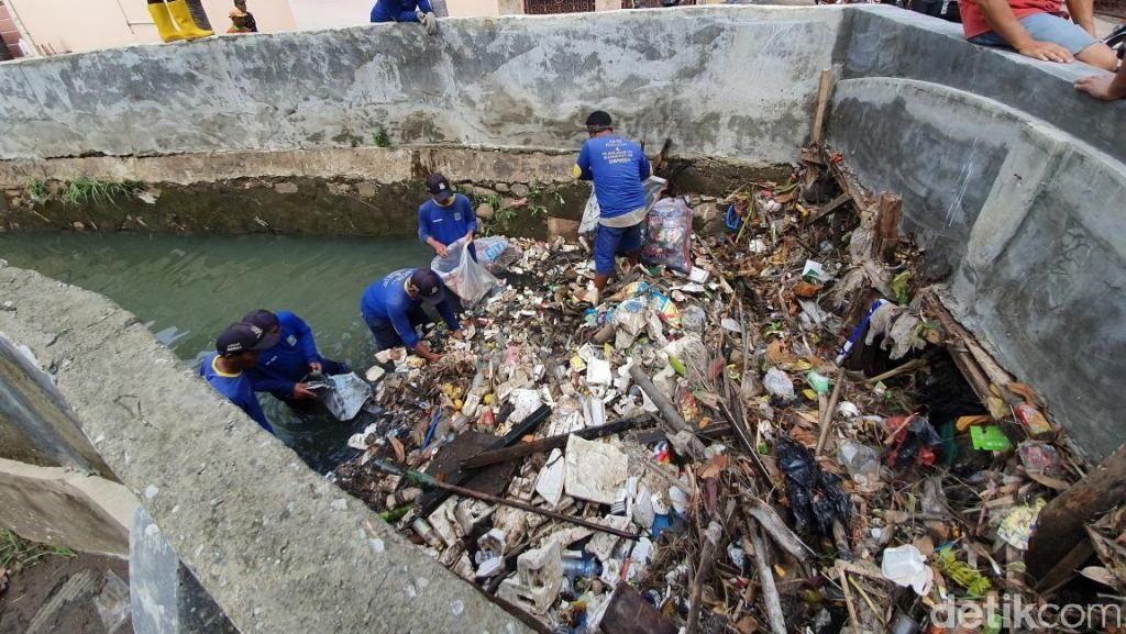 Penampakan Tanggul Kali Cakung yang Jebol Gegara Sampah