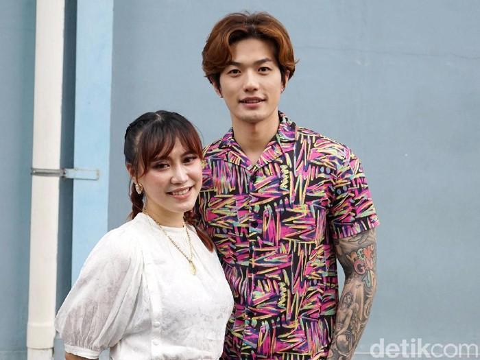 Lee Jeong Hoon dan istri saat ditemui di studio Trans TV.