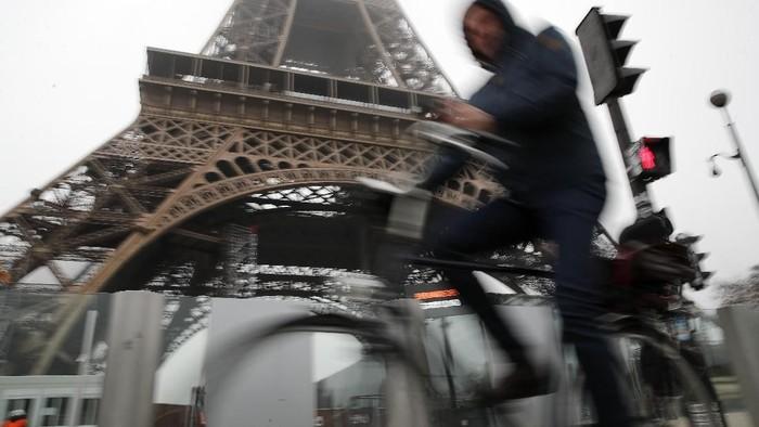 Aksi mogok massal menentang reformasi sistem pensiun terjadi di Paris, Prancis. Imbasnya sebagian besar transportasi umum di kota itu tak beroperasi dan lumpuh.