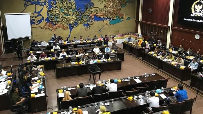 Badan Legislasi (Baleg) DPR RI dan Kementerian Hukum dan HAM menyepakati sebanyak 247 RUU masuk program legislasi nasional (Prolegnas) 2020. Foto: Mochamad Zhacky Kusumo/detikcom