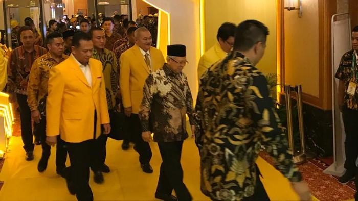 Airlangga dan Bamsoet menyambut Maruf Amin dalam penutupan Munas Golkar. (Gibran Maulana/detikcom)