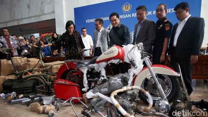 Menkeu Sri Mulyani dan Menteri BUMN Erick Thohir bicara soal keberadaan Harley Davidson dan Brompton di pesawat Garuda. Menteri BUMN ungkap pemilik Harley itu.