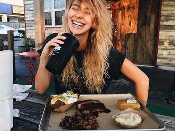 Millennial Abis, Ini Gaya Kulineran Camila Morrone, Kekasih Muda Leonardo DiCaprio