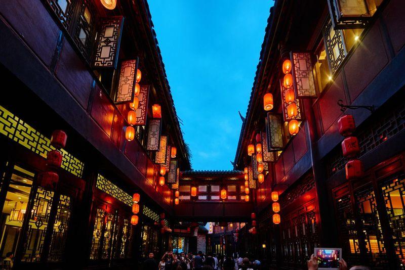 Jinli Street, Chengdu, China dipenuhi oleh rumah-rumah dan toko-toko bergaya Dinasti Qing. Juga dilengkapi dengan lenter merah dan papan tanda trdisional yang membuatnya menjadi daya tarik wisatawan saat di Chengdu, China. (iStock)