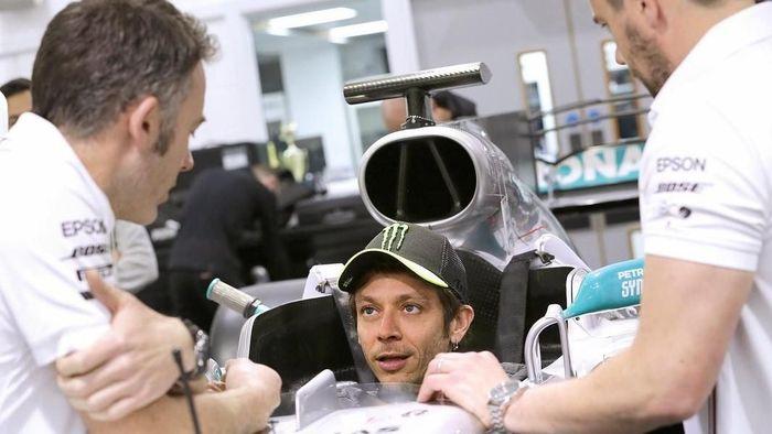 Valentino Rossi menjajal mobil tim Mercedes (Foto: instagram.com/valleyellow46)