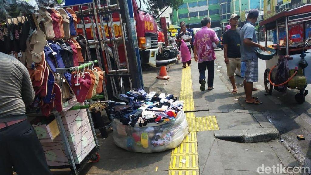 Miris! PKL di Tanah Abang Jualan di Guiding Block-Halangi Jalur Damkar