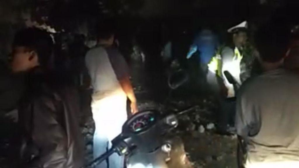 Pohon Tumbang Tutup Jalan, Akses Lintas Medan-Berastagi Terganggu