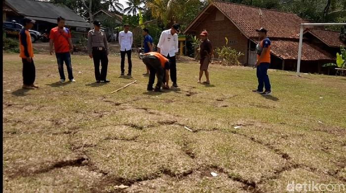 Kerusakan akibat tanah bergerak di Puspahiang, Tasikmalaya, semakin melebar. (Foto: Deden Rahadian/detikcom)