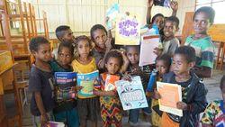 Mendaki Gunung Lewati Lembah demi Antar Buku ke Anak Pedalaman Papua