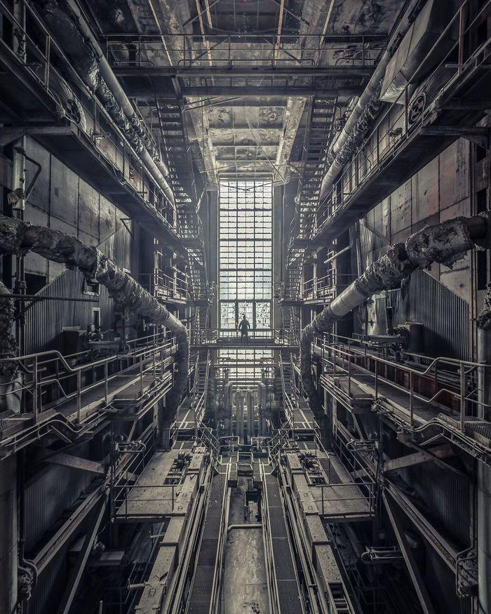 Berbagai bangunan terbengkalai mulai dari pabrik, rumah sakit, hingga rumah bergaya arsitektur kuno menjadi sasaran foto Pataki. Dok. Boredpanda/Tamás Pataki.