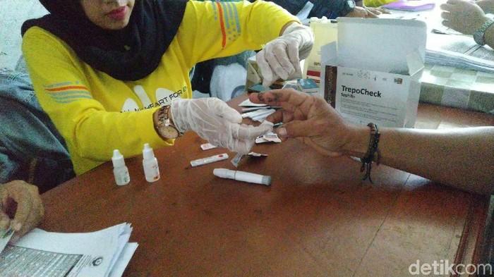 Sosialisasi dan tes HIV-AIDS di Terminal Ciamis. (Foto:  Dadang Hermansyah)