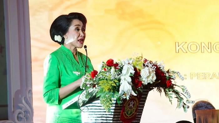 TERPILIH KEMBALI MENJADI KETUM KOWANI   Calon petahana Ketua Umum Kongres Wanita Indonesia (Kowani) Giwo Rubianto Wiyogo (tengah) foto bersama organisasi perempuan se-Indonesia usai terpilih kembali menjadi Ketua Umum organisasi federasi yang menaungi puluhan organisasi perempuan untuk periode 2019-2024 saat Kongres ke-25 Kowani di Jakarta, Rabu (4/12/2019). Kongres Kowani tersebut diikuti 83 organisasi perempuan berasal dari 20 provinsi, namun yang memberikan hak suara hanya 77 organisasi. Giwo unggul dengan raihan 441 suara, mengalahkan calon lainnya, yakni Ini Jafar Hafsah yang meraih 254 suara. Foto : Dwi Pambudo/Rakyat Merdeka