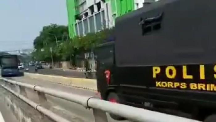 Truk Brimob Lawan Arah di Jalur TransJakarta (Foto: Dok. Istimewa)
