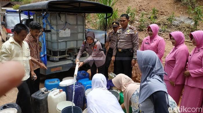 Polres Pacitan menyalurkan air bersih ke Bandar (Foto: Purwo Sumodiharjo)