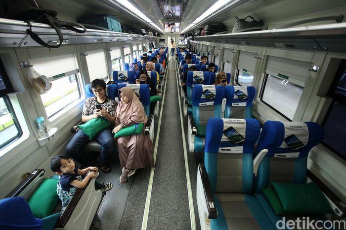 Sejumlah penumpang Kereta Api tengah bersiap menaiki keretanya di Stasiun Gambir, Jakarta, Jumat (6/12/2019).