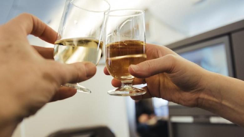 Ilustrasi minuman alkohol di pesawat (iStock)
