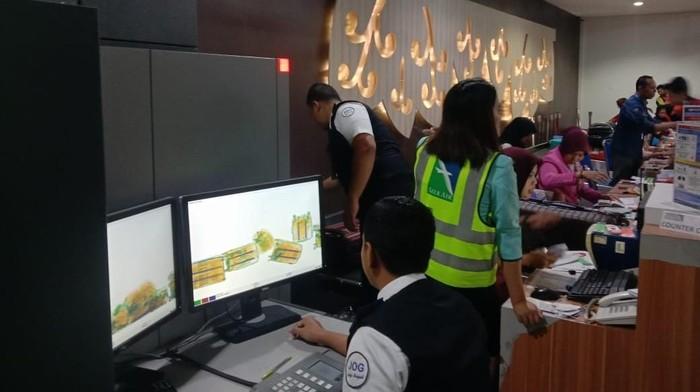 Pemeriksaan ulang barang bawaan penumpang Air Asia QZ-8441 rute Yogya-Denpasar, Jumat (6/12/2019). Foto: Dok. Otban Wilayah IV