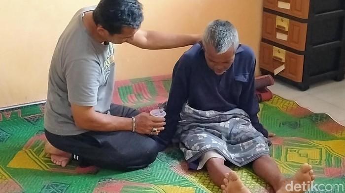 Salah seorang warga yang mengalami keracunan di Pemalang. Foto: Roby Bernardi/detikcom