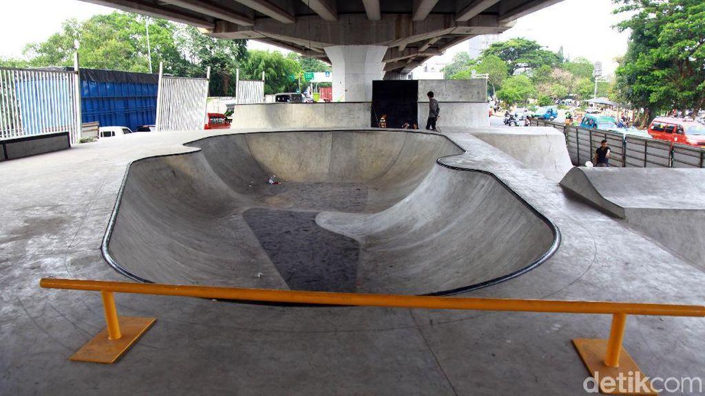 Melihat Skatepark di Kolong Flyover Pasar Rebo yang Hampir Rampung