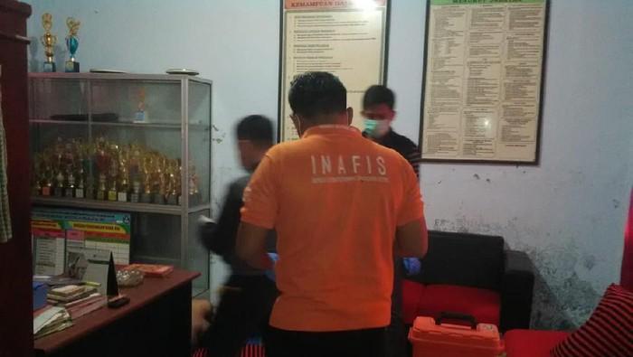 Mayat di ruang kepala sekolah di Pandeglang. (Foto: Istimewa)