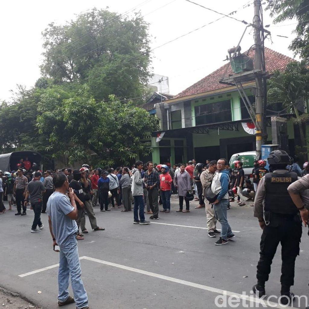Bentrokan Pecah di Depan PCNU Solo, Sempat Ada Saling Lempar Batu