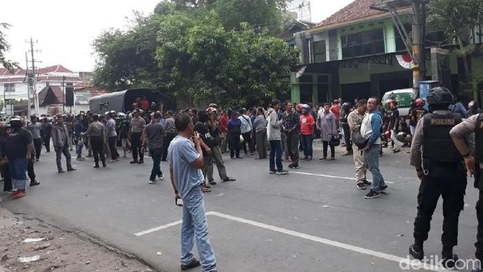 Bentrok dua ormas di depan kantor PCNU Surakarta. Foto: Bayu Ardi Isnanto/detikcom