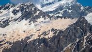 Pemandangan Aneh: Gunung Es Berwarna Merah dan Pink