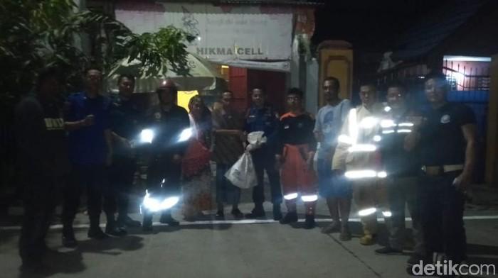Petugas Damkar mengevakuasi sarang tawon Vespa di Makassar. (Taufik/detikcom)