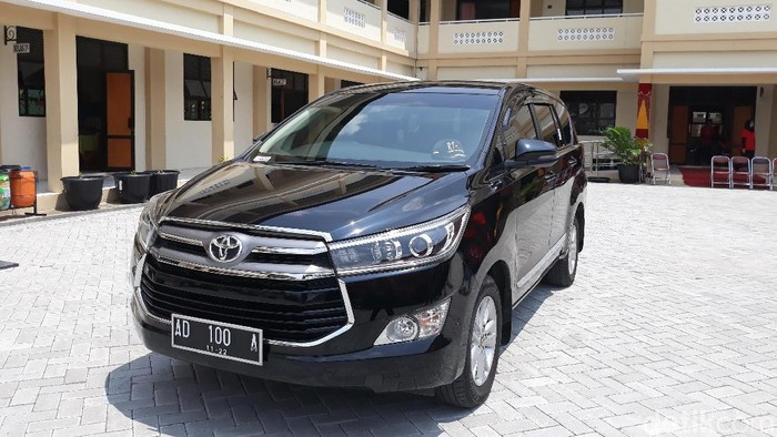 Salah satu mobil dinas Wali Kota Surakarta FX Hadi Rudyatmo bermerek Toyota Kijang Innova. (Bayu Ardi Isnanto/detikcom)