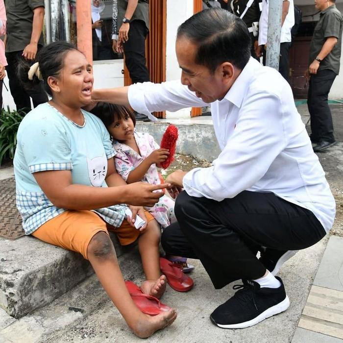 Jokowi saat bertemu dengan Ibu Inah di Cilegon. (Facebook Jokowi)