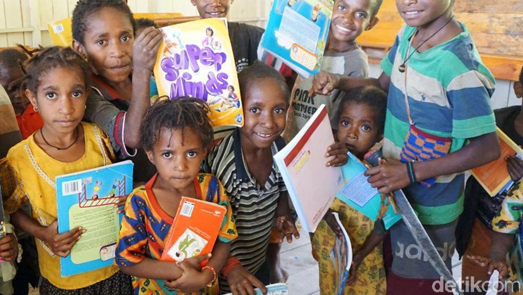 Senangnya Siswa Pedalaman Papua Mendapat Buku