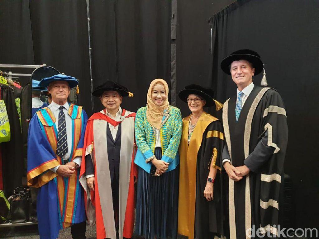 Menteri PPN Suharso Terima Doktor Honoris Causa dari Universitas Queensland