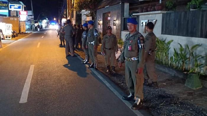 Foto: DOK. Satpol PP Badung/ Satpol PP di depan rumah Tamara Bleszynski di Jl Raya Pantai Batu Bolong, Canggu, Bali