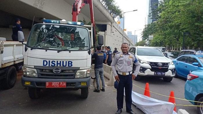Foto: Petugas kembali tutup U-Turn di Jl Prof Dr Satrio (Antara Foto)