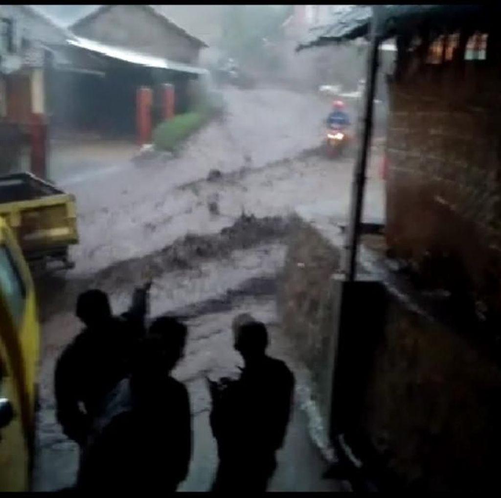 Video Banjir Bandang Hantam Kertasari Kabupaten Bandung