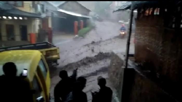 Banjir bandang di jalan Kertasari-Pangalengan. (Foto: istimewa)