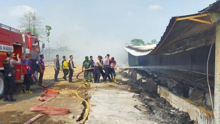 Proses pemadaman kebakaran Gudang PT Japfa di Pasuruan/Foto: Istimewa