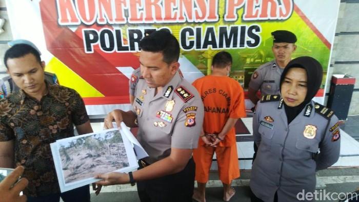 Kapolres Ciamis AKBP Bismo Teguh Prakoso memperlihatkan foto pembalakan liar di hutan lindung Perhutani Pangandaran. (Dadang Hermansyah/detikcom)