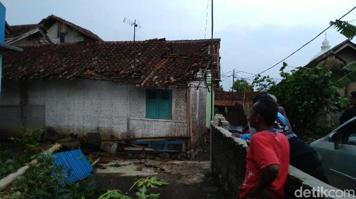 Angin puting beliung merusak sejumlah rumah di Ciamis. (Foto: Dadang Hermansyah/detikcom)