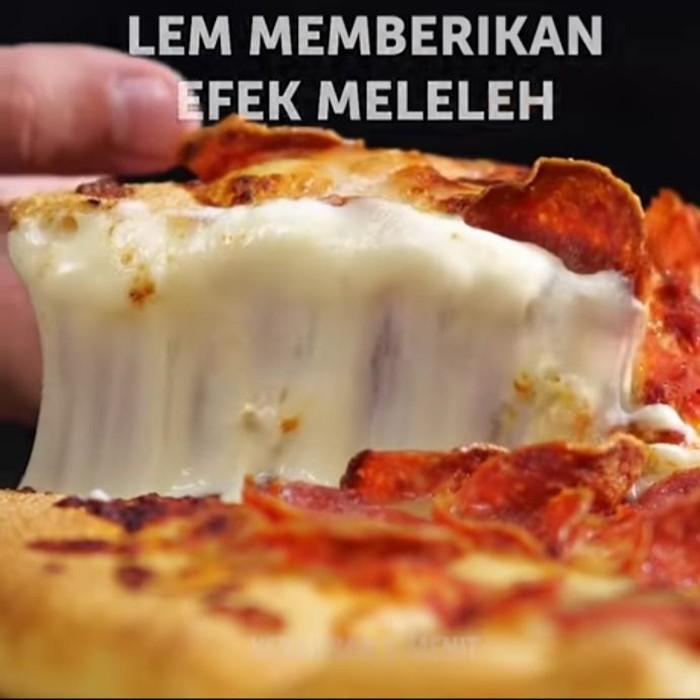 Iklan pizza ini gunakan baut untuk menahan daging peperoni dan lem yang dicampurkan dengan keju mozarella agar hasilnya terlihat cantik. Foto: Youtube Kerajinan 5 Menit