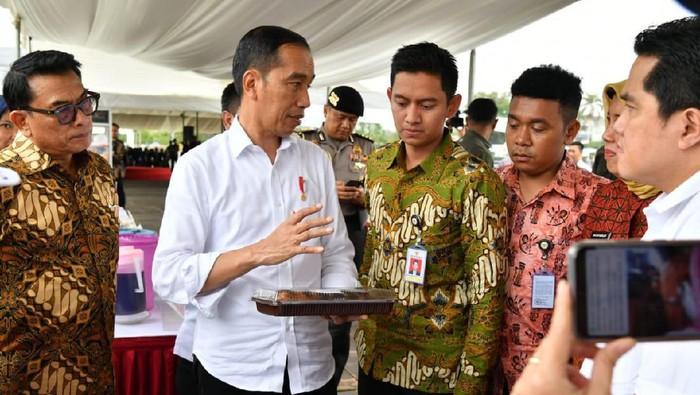 Presiden Jokowi mengajak dua stafsus milenial Gracia Billy Mambrasar dan Adamas Belva Syah Devara, dalam kunker ke Cilegon. (Foto: dok. Istimewa)