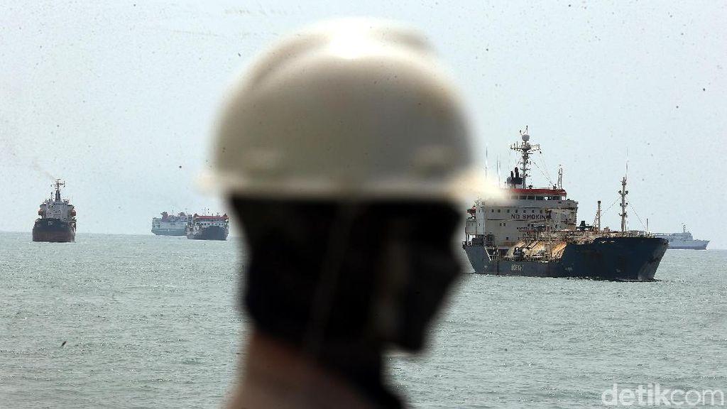Melihat Kesibukan Lalu Lintas Penyeberangan di Pelabuhan Merak