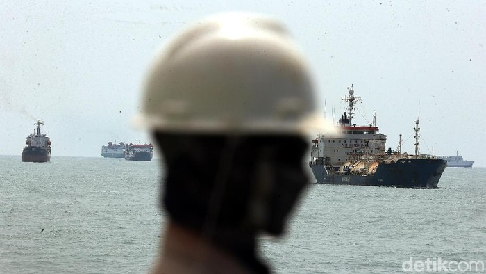 Kapal-kapal besar tampak melakukan aktivitas di perairan Pelabuhan Merak, Banten. Pelabuhan Merak adalah sebuah pelabuhan penyeberangan di Pulo Merak, Kota Cilegon, Banten yang menghubungkan Pulau Jawa dengan Pulau Sumatra yang dipisahkan oleh (Selat Sunda/Gunung Krakatau).