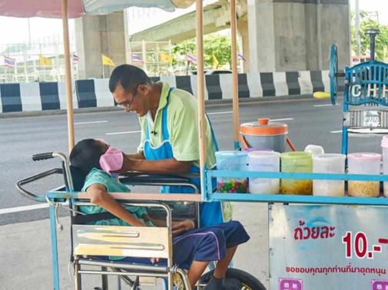Bapak Tua Ini Jualan Es Serut Ditemani Anaknya Penyandang Disabilitas