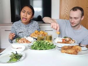 Makan Ayam Geprek dengan Sambal Uleg, Bule Jerman Ini Ketagihan
