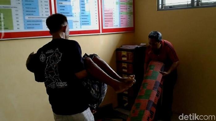 Para korban dibawa ke posko kesehatan di Balai Desa Karangsari, Pemalang. Foto: Roby Bernardi/detikcom